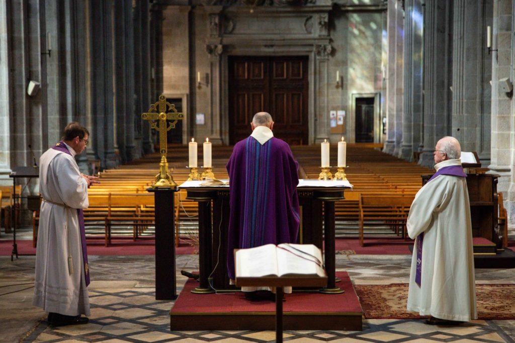 Sipa Press - Père Gwenael Maurey pendant une messe sans public à la Basilique de Sainte Anne d'Auray, Morbihan, Bretagne, le 27 mars 2020, en pleine crise sanitaire du coronavirus.